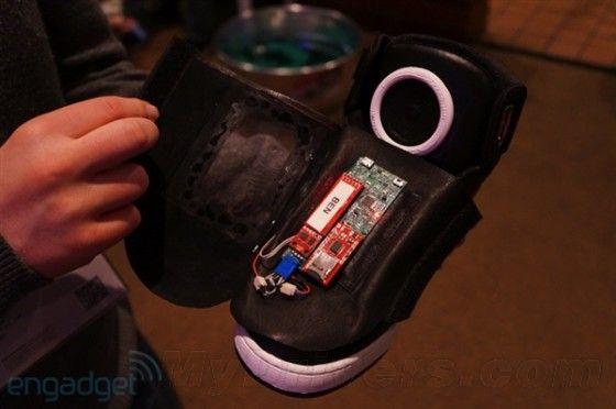 谷歌智能鞋子在鞋面上添加了一块电路板