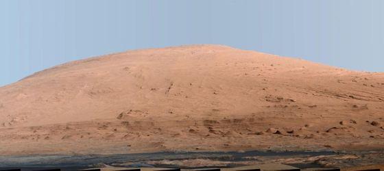 """火星上的山脉:利用美国宇航局的火星车""""好奇""""号的桅杆相机(Mastcam)拍摄的图片制成的这张合成图,显示的是白平衡色调下的伊奥利亚山,通过调整让天空看起来更蓝,但是地面看起来像是沐浴在地球上的阳光中。白平衡版本有助于科学家识别组成岩石的材料"""