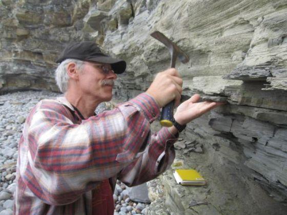 英国南部地区,哥伦比亚大学拉蒙-多哈堤地球观测站的地质学家保罗-奥尔森正在采集岩石样本。这些样本的年代可追溯到2.01564亿年前的三叠纪末期大灭绝事件