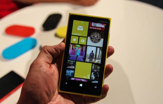 Lumia 920搭载了4.5英寸显示屏,在5英寸手机大行其道的市场中并不起眼