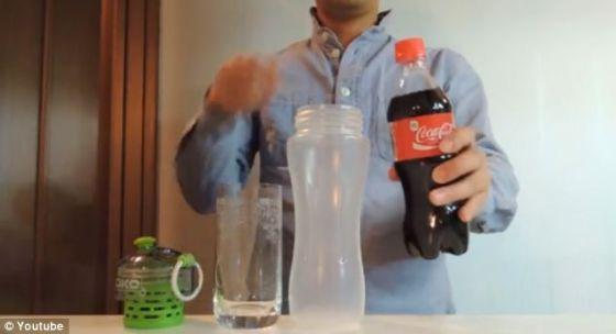 一个配有过滤装置的塑料瓶,还有一瓶可口可乐。