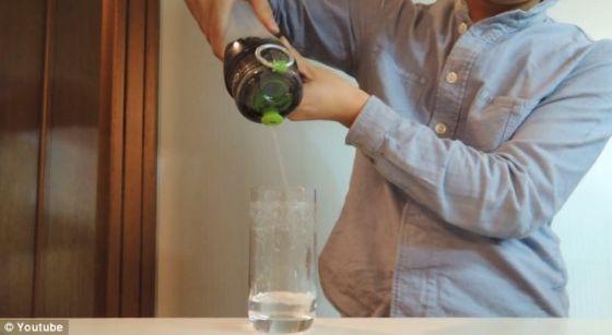 从这个过滤器倒出来的可口可乐竟奇迹般地变成水一样的液体。