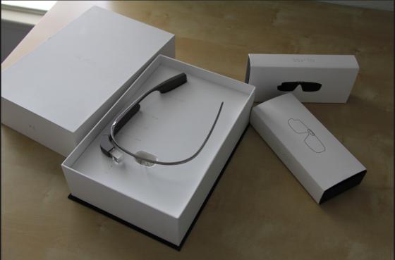 包装盒内的谷歌眼镜与配件