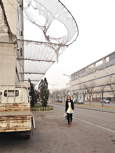 廊坊富士康园区,宿舍楼外墙包裹着一张大网。