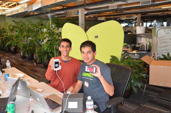 阿什・哈特(右)今年只有16岁,却横扫各类编程大赛,得到苹果公司的认可