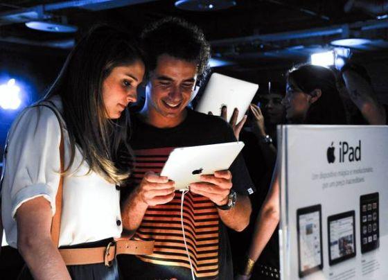 巴西圣保罗,两个年轻人在研究iPad