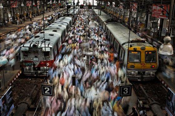 印度孟买火车站汹涌的人群