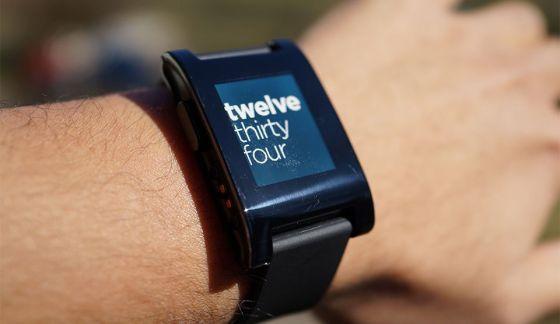 Pebble智能手表能够与iPhone等手机同步,显示来电、短信、社交网络提醒等信息