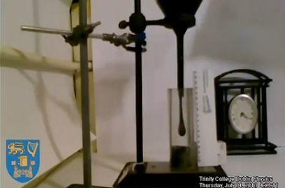 经过69年的等待,一度被遗忘的沥青滴落实验终于实现了突破,这是首次由摄像机拍摄到了整个液滴滴落的过程。