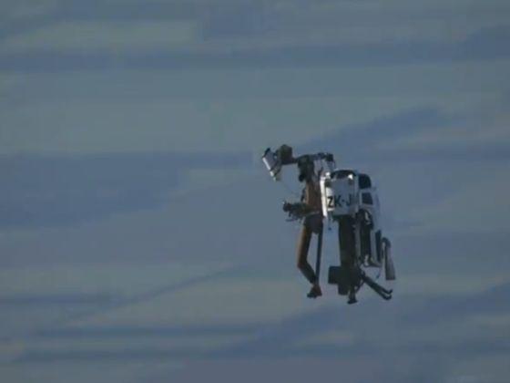 在之前的试飞中,喷气飞行背包能载着模拟人飞到5000英尺(约合1524米)的空中