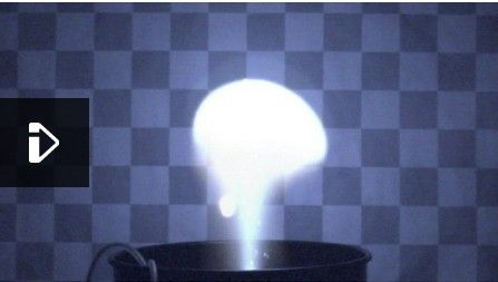 一个美国的研究小组在实验室环境下产生一种类似球状闪电的放电现象,他们利用特制的溶液产生出完美的等离子体云团,并成功使其维持大约半秒钟