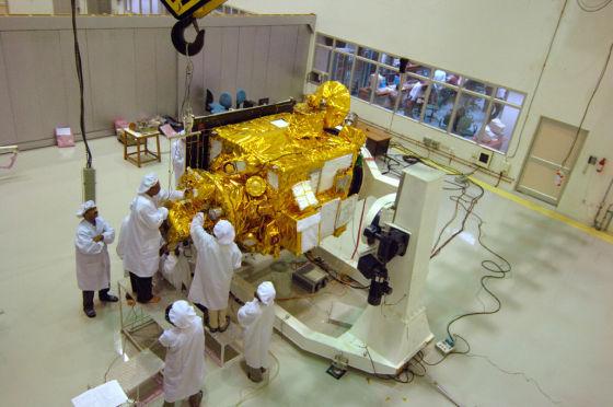 """正在组装车间的印度""""月船1号""""探测器"""
