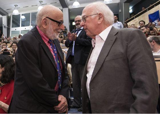 2012年7月4日,欧洲核子中心宣布发现希格斯粒子的会议现场,François Englert和Peter Higgs首次见面 图片来源:欧洲核子中心(CERN)