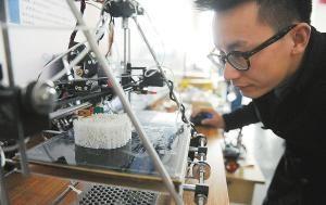 大学生自己组装的3D打印机