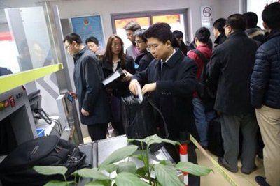 360的代理律师提着文件箱过安检。新京报记者 王贵彬 摄