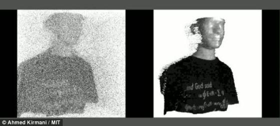 美国麻省理工学院的科学家研制了一种新型相机,能够在几乎完全漆黑的环境下拍摄3D照片。这种相机利用几乎不可见的物体反射的光子绘制3D图像。左图为利用当前技术捕捉的图像,右图为利用这种新型相机捕捉的图像