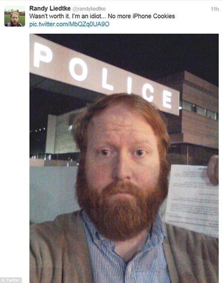 喜剧演员用iPhone饼干调戏警察反被调戏