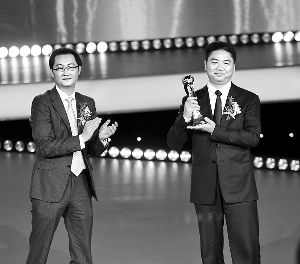 最近三周,京东CEO刘强东(右)曾多次亲赴深圳,就腾讯入股一事面会马化腾(左)。图为2011年一次颁奖礼上,马化腾为刘强东颁奖。
