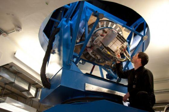 研究生尤斯图斯・布雷维克(Justus Brevik)正在测试BICEP2望远镜