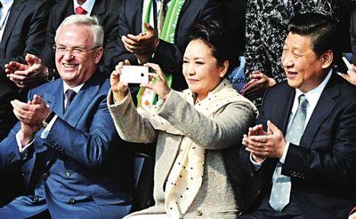 彭丽媛出访用中兴手机拍照引发市场关注