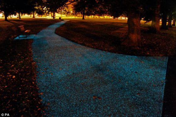 艺术家的构想图展示了喷涂用吸光尘土让公共建筑、道路和小路在夜里发出磷光的情景。