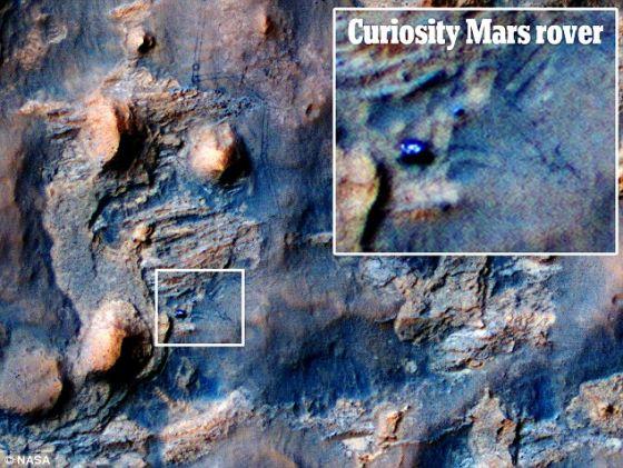 """这张美国宇航局图片显示的是正在火星表面穿行的美国宇航局的""""好奇""""号,该图是由火星勘测轨道飞行器拍摄的"""