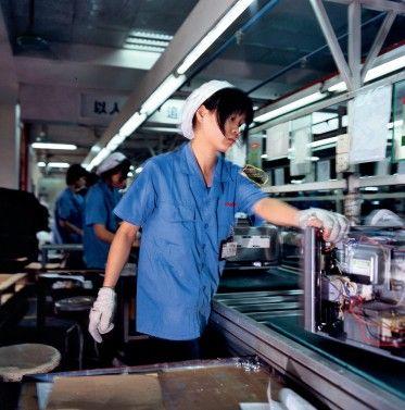 格兰仕生产线上的年轻工人,对于日复一日的机器般的生活十分厌倦