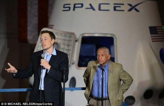 """亿万富豪埃隆-马斯克(左)与美国宇航局的查尔斯-博登在一起,他宣布,他的太空探索技术公司正在一步步""""逼近""""2020年在火星上建立一个聚居地的目标,并希望以每人50万美元的价格出售旅游船票。这项宣布是在该公司4月的火箭测试成功后发出的。"""