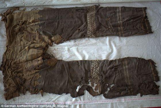 在中国塔里木盆地的洋海古墓内发现的一条裤子,可能是迄今为止发现的历史最为悠久的裤子。这条裤子的年代可追溯到3300年前。在设计上,它采用三块布料,一块用于腿部,一块用于胯部,上有编织花纹装饰,腰部使用绳子扎紧。