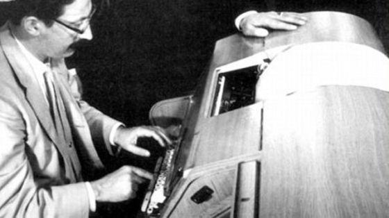 """1966年,计算机科学家约瑟夫。维森班(Jeseph Weizenbaum)写出了最早也是最著名的聊天机器人程序""""Eliza"""""""