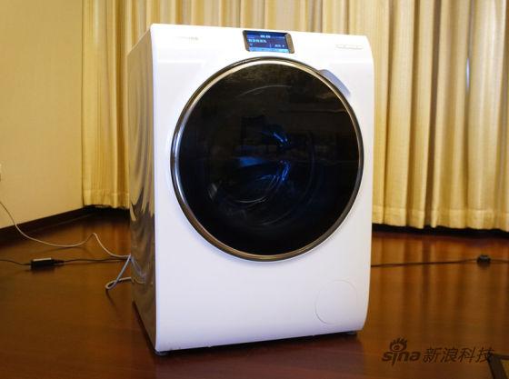 但是不论远程控制功能多么强大,洗衣前都是需要手动把衣服先放进洗衣机中的,而且需要把洗衣机舱门关闭,如果舱门打开,洗衣机能够提醒门未关,但是却不能远程协助关门。   评测总结:功能多样 设计前卫 实用性有待提高   第一,三星WW9000智能洗衣机的洗涤模式超过20种,能够为不同的衣物提供最合适的洗涤方式,当然也为习惯了混合洗涤的用户提供了智能洗涤模式,这种设定是非常人性化的。但是过多的洗涤模式对于普通用户而言在日常生活中或许并不能用到,更多的人会习惯选择智添精准洗模式。   第二,智添&#82