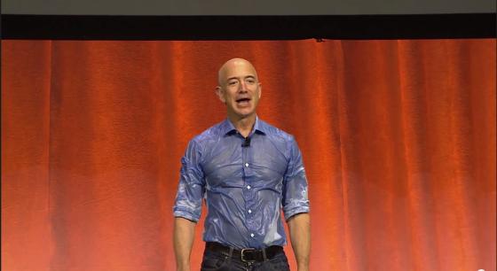 亚马逊CEO贝佐斯不忘展示身材
