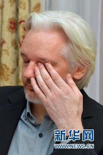 """8月18日,在英国伦敦,""""维基解密""""创始人阿桑奇出席在厄瓜多尔驻英国大使馆举行的新闻发布会"""