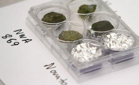 2013年3月9日,在南诺瓦托图书馆举办的一场有关近期全球各地新发现陨石的讲座上展出的小块陨石样品