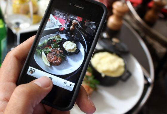 餐桌拍照(新浪科技配图)