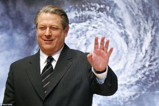 """美国前副总统戈尔(照片显示)的演讲是个末日警告。他说:""""北极冰盖正从悬崖上掉落。仅需7年,它们就会在夏季完全消失。从现在开始算的7年。"""""""