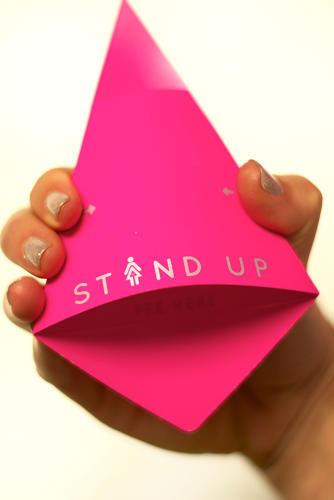 女用站式小便器使用一张可经过折叠成为纸筒的亮粉色三角防水纸制成