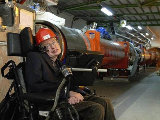 图为霍金2006年参观大型强子对撞机的情形。数年之后,希格斯玻色子被科研团队发现。