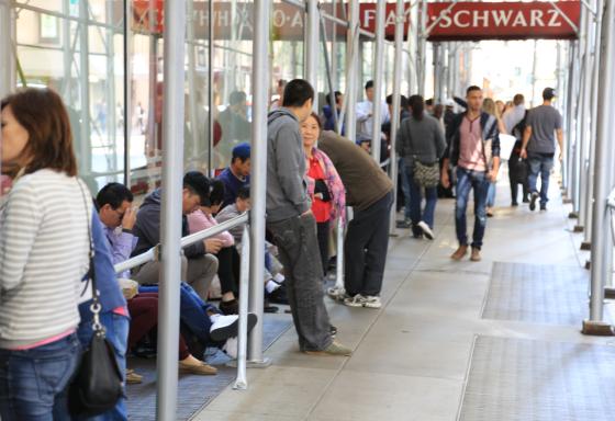 除了排队打广告的,提前一天排队的多是华裔面孔