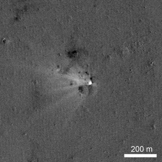 美国宇航局月球勘测轨道器拍摄到2014年4月18日撞击月球的LADEE飞船形成的撞击坑。这张照片实际上是两张照片的合成图像,一张拍摄于撞击之前,另一张则是撞击之后,图中的新鲜白色让人能明显看到撞击后发生的改变。