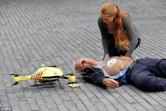 """兰学生亚历克-莫蒙特研制的救护无人机。莫蒙特表示:""""欧盟每年有大约80万人心脏骤停,只有8%的人幸存。造成如此低的存活率的主要原因在于应急部门需要大约10分钟的响应时间,而心脏骤停后大约4到6分钟便会导致脑死亡和最终的死亡。这种救护无人机能够在1分钟内将去纤颤器送到周边4.2平方英里(约合12平方公里)内的患者身边,将存活率从8%提高到80%。"""""""