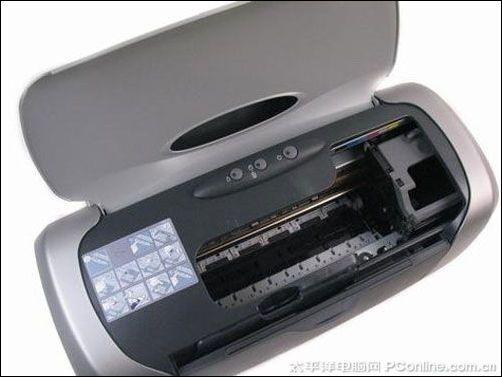 爱普生R230控制面板设计   掀开R230的前盖后,我们就能见到该机的内部结构。在这里我们可以进行墨盒的安装,通过墨盒键让墨盒舱弹出,我们就可以进行安装了。而在旁边还有注释图,按照这个步骤去做就不会出现什么意外。说到墨盒,该机使用了六色独立式分体墨盒, 从这一点就可以看出该机的打印能力绝对不凡。此外,由于这款R230采用了全新的打印技术,所以不仅提升了成像效果和色彩还原的性能,而且保证了它的打印输出达到200年以上的保存年限。而以上所说的六色独立分体墨盒分别为黑、青、淡青、洋红、淡洋红、黄,用户可以用完