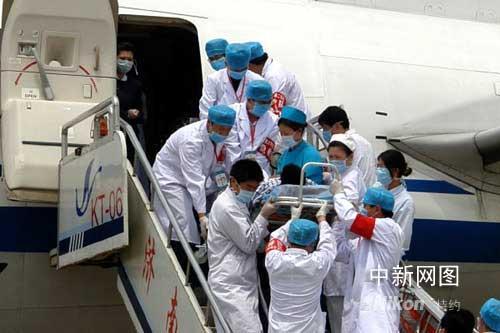 济南为首批抵鲁震区伤员配手机