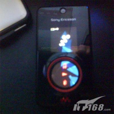 独创三屏设计红色索尼爱立信W707曝光