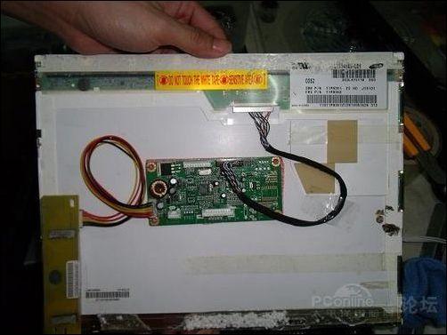 """山寨驱动电路板不像正规产品那样有专门的金属屏蔽模具,而是被""""粘"""""""