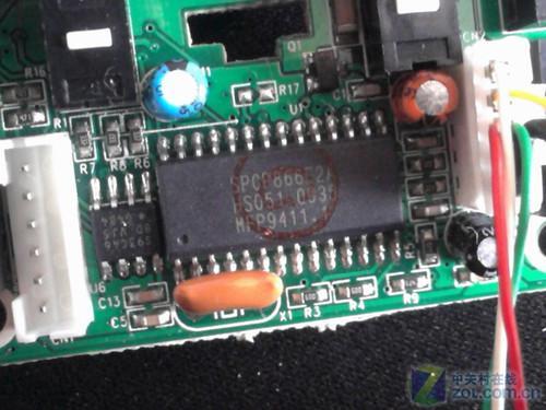 整个电路板上大量采用了贴片式电容电阻,将pcb板的尺寸大幅缩小.