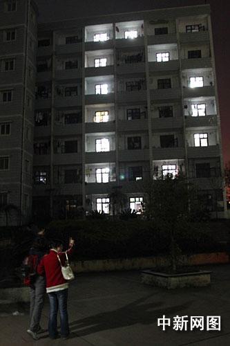 重庆大学生倡低碳生活熄灯1小时灯光拼成字母