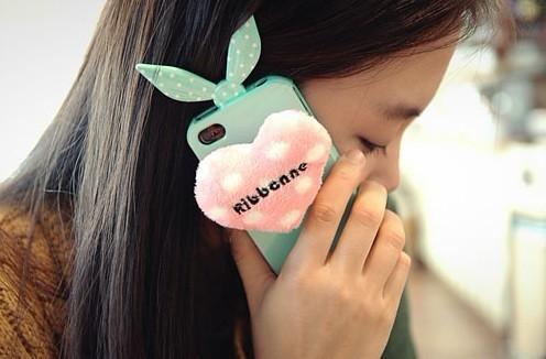发带现在出现在了兔子手机课上,带着蝴蝶结小耳朵和爱心尾巴,俏皮可爱