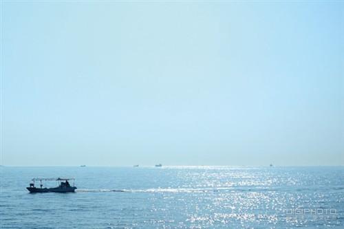 分出三等分的海水与天空与强化张力的小船为影像带来画龙点睛的效果