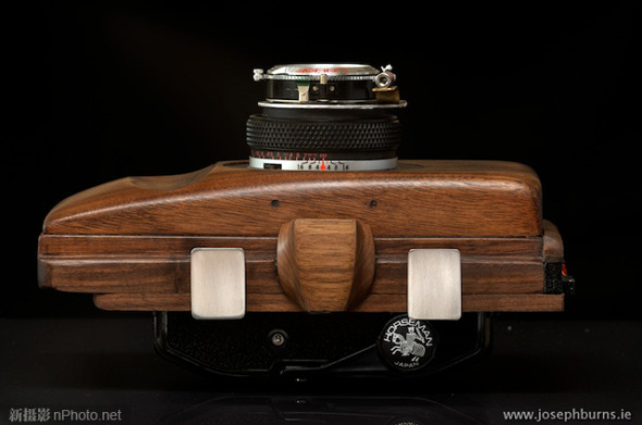 摄影师手工自制木质大画幅胶片相机
